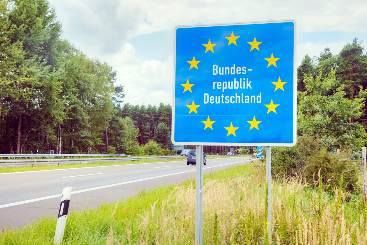A border sign of Germany next to a highway