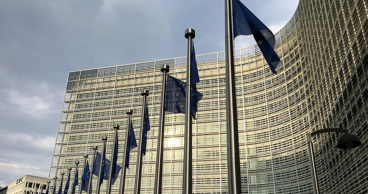 Picture of Europ-Flags in front of the European Commission